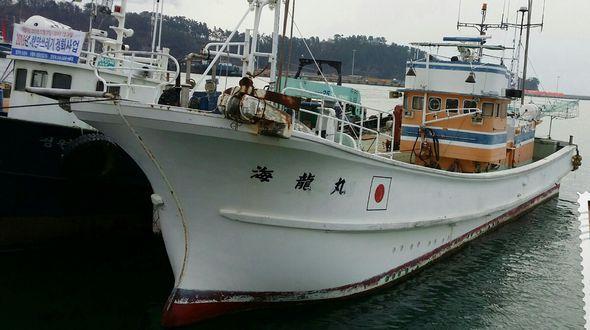 크레인이 설치되어 있는 어획물 운반선